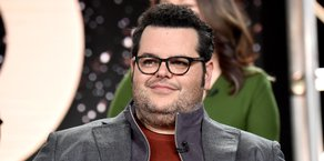 Josh Gad Reads Books to Kids on Twitter